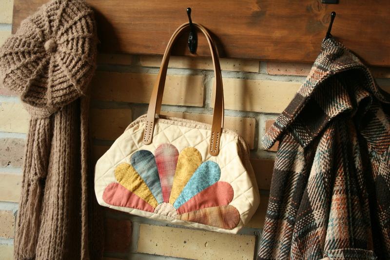 Női táska legyezőmintával