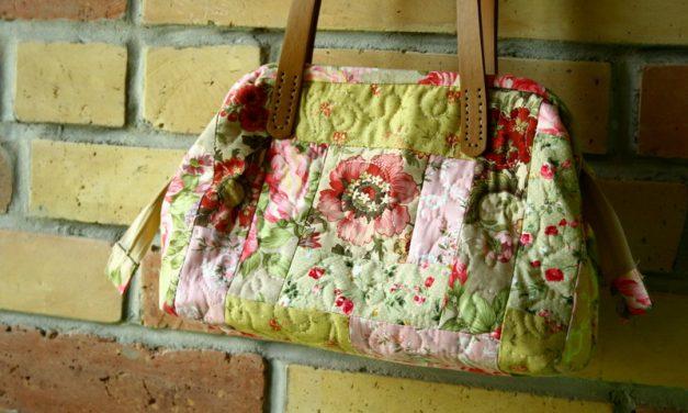 Rózsamintás, fémkeretes női táska quilt-as-you-go technikával