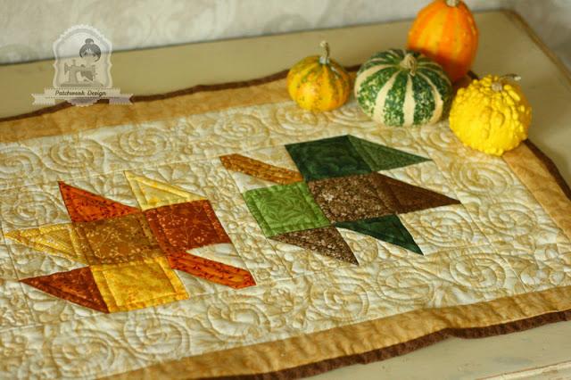 Asztali futó őszi falevelekkel