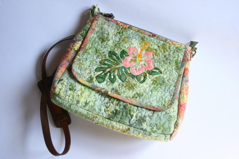 Női táska hibiszkusszal és pálmalevéllel