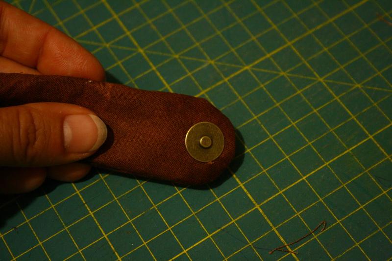 75709a5797 A mágneszárat úgy helyezd el az előlap bal oldalán, hogy középvonalra  kerüljön és a vége a második flikk-flakk sor közepéig érjen. Egy kicsit  hosszabb lesz, ...